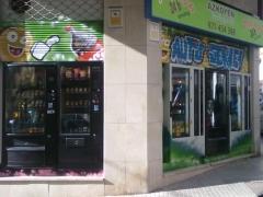 Fachada vista lateral, tienda de vending 24 horas, con dos expendedoras
