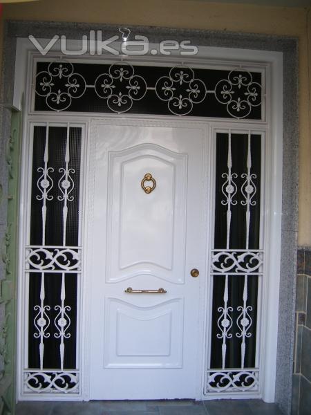 puerta de entrada en forja blanca