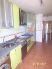 Cocina amueblada con muebles actuales en colores
