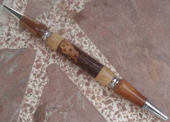 Bol�grafo de maestro, en madera de olivo, morera, pino y una pi�a
