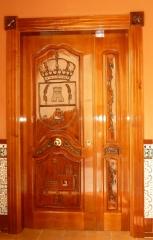 Puerta de entrada tallada