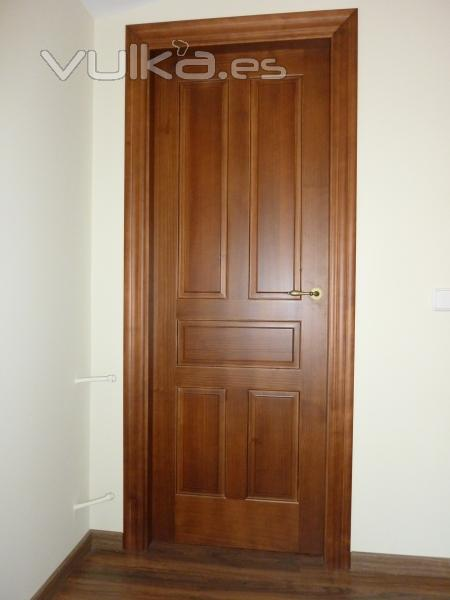 Foto puerta interior de madera modelo m laga for Modelos de puertas de madera