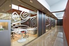 Divisorias acristaladas decoradas con vinilos personalizados que de vanguardia a sus divisiones