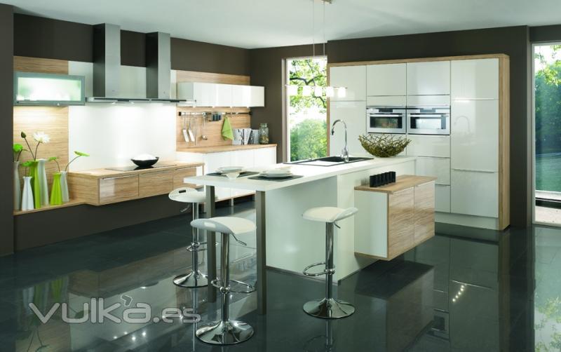 Foto dise o de cocina cuisine plus con isla en el centro for Cocinas integrales con isla al centro