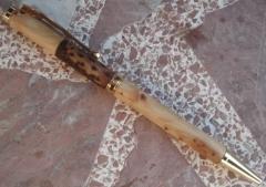 Bolígrafo en madera de enebro y piña