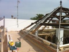 Construccion de cubierta de madera en plaza de abastos de manzanilla.