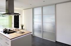 Puertas correderas de paso entre comedor y cocina de ADVANTAGE, cerradas. Serie de perfil SHANGHAI,