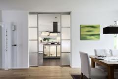 Puertas correderas de paso entre comedor y cocina de ADVANTAGE, abiertas. Serie de perfil SHANGHAI,