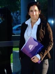 Carolina - gerente de cblingua en  la entrada de nuestra oficina en cadiz