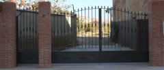 Puerta batiente de hierro