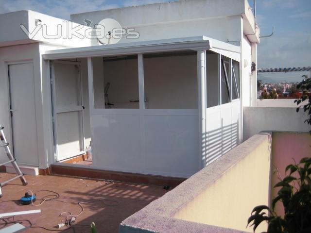 Foto cerramiento en terraza aluminio lacado blanco for Cerramiento aluminio terraza
