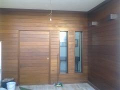 Entrada de madera iroko