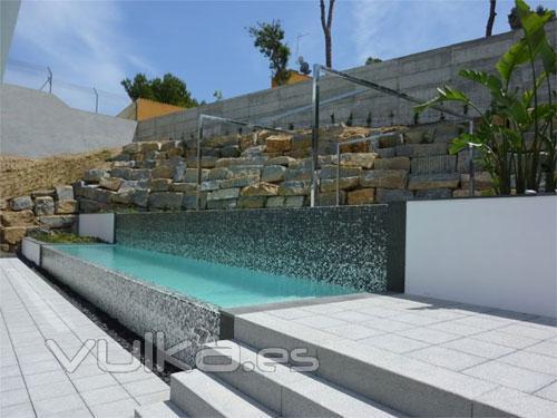 Foto piscina hormig n proyectado doble desbordante for Hormigon proyectado para piscinas