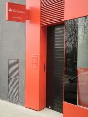 Puerta enrollable de aluminio negra microperforada