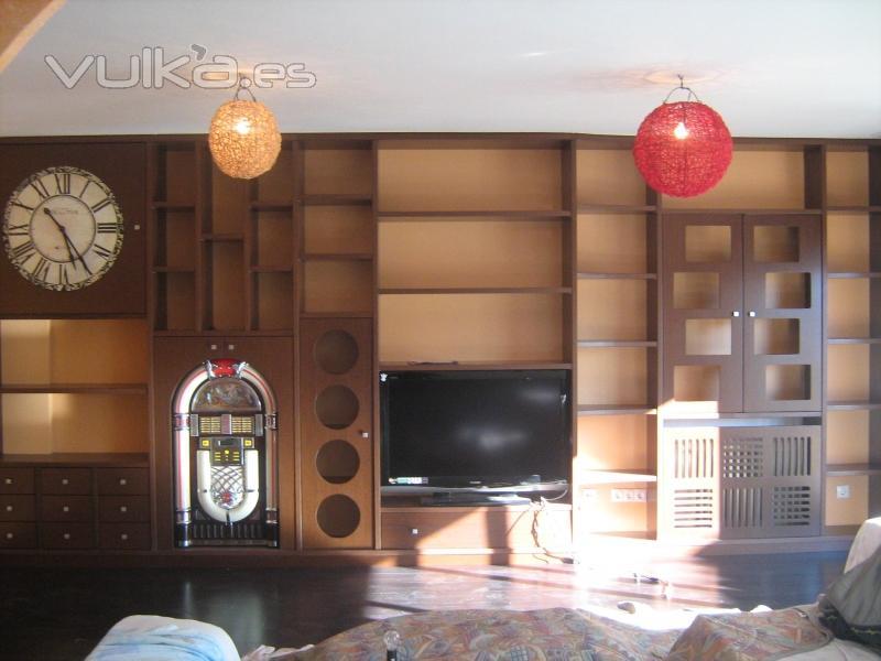 Foto mueble salon a medida wengue y trasera lacada color for Muebles salon a medida