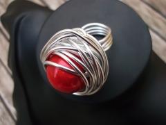 Anillo psicodelia. cuenta esmaltada y aluminio. hecho a mano