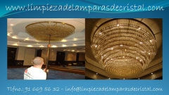 Limpieza de l�mparas de hotel y edificios