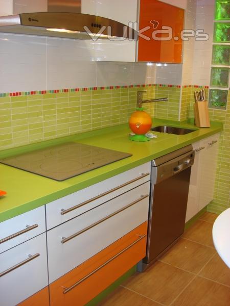 Foto cocina moderna combinada blanco y naranja con - Mesas de cocina de silestone ...