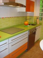 Cocina Moderna combinada Blanco y Naranja con Encimera Silestone Verde Pistacho