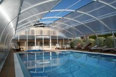 Etna es un modelo de cubierta de estructura fija, con diseño en forma de bóveda, con puertas y techo