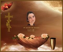 Lápida con fondo ornamental, imagen y datos del ser querido, búcaro de bronce