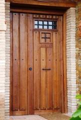 Puerta Entrada de duelas y tachuelas negras