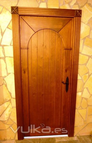 Foto puerta bajo de duelas con moldura estilo arco rabe - Arcos de madera para puertas ...