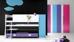 Muebles juveniles con camas a diferentes alturas y armario a franjas verticales