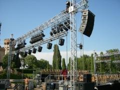 Estructura de elevacion con equipo de sonido line array e iluminacion convencional