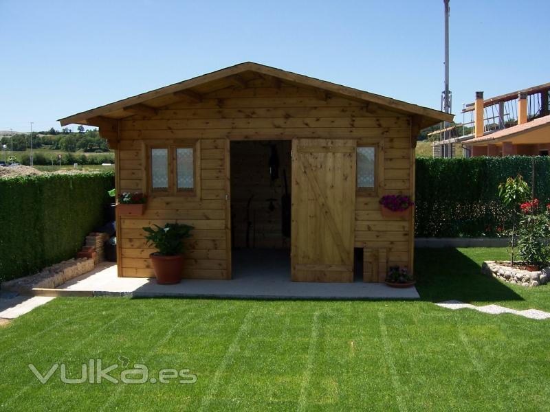 Foto casita de madera en el jardin for Casitas de jardin de madera