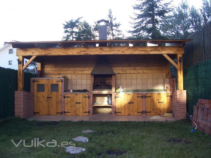 Foto porxe con barbacoa i armarios rusticos - Fotos de barbacoas rusticas ...