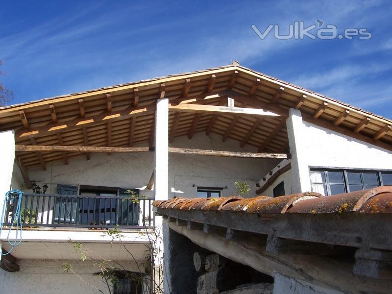 Foto tejado de madera rehabilitado for Tejados de madera construccion