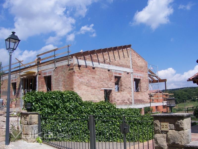 Foto casa con tejado de madera en construccion for Tejados de madera construccion