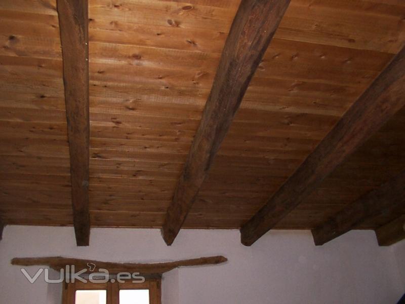 Foto techo rustico rehabilitado for Como hacer tejados de madera