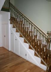Armario lacado acoplado bajo escalera