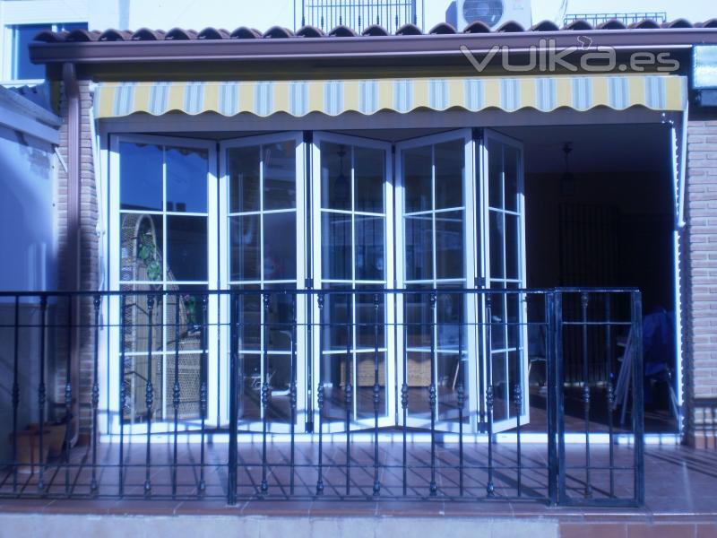 Foto cerramientos de terraza con puertas replegables for Puertas de terraza de aluminio