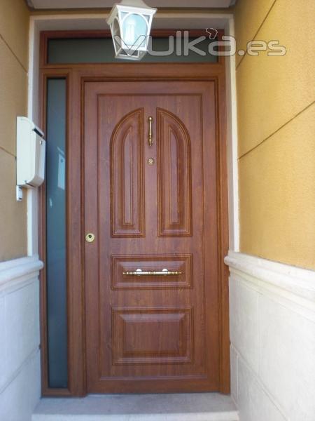 Foto puerta de calle de seguridad imitacion madera for Puertas de calle aluminio precios