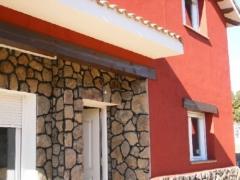 Fachada de piedra de musgo