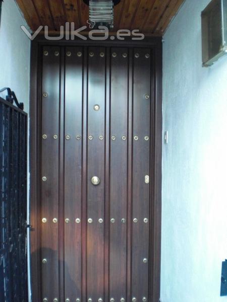 Foto puerta de calle de seguridad rustica i madera for Puertas de calle de madera