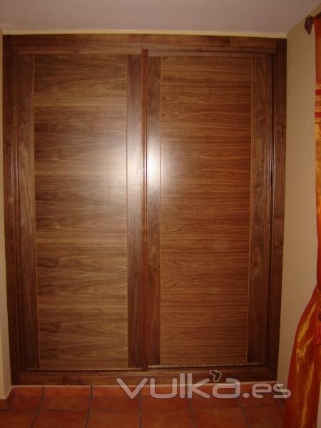 Foto frente de armario en nogal con dos puertas corredera - Frente armario corredera ...