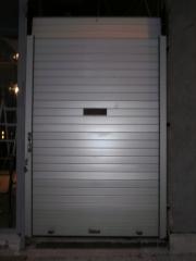 Puerta enrollable de aluminio collbaix con ventana reducida para guardias de farmacia