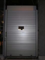 Puerta enrollable de aluminio collbaix con ventana mas amplia para guardias de farmacia