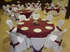 Mesas redondas con mantel y cubremantel