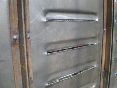 Detalle de remaches en contraventana de forja.