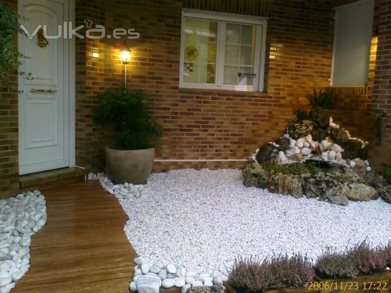 Foto ajardinamiento sobre solado en terraza con riego for Jardines pequenos con piedras blancas