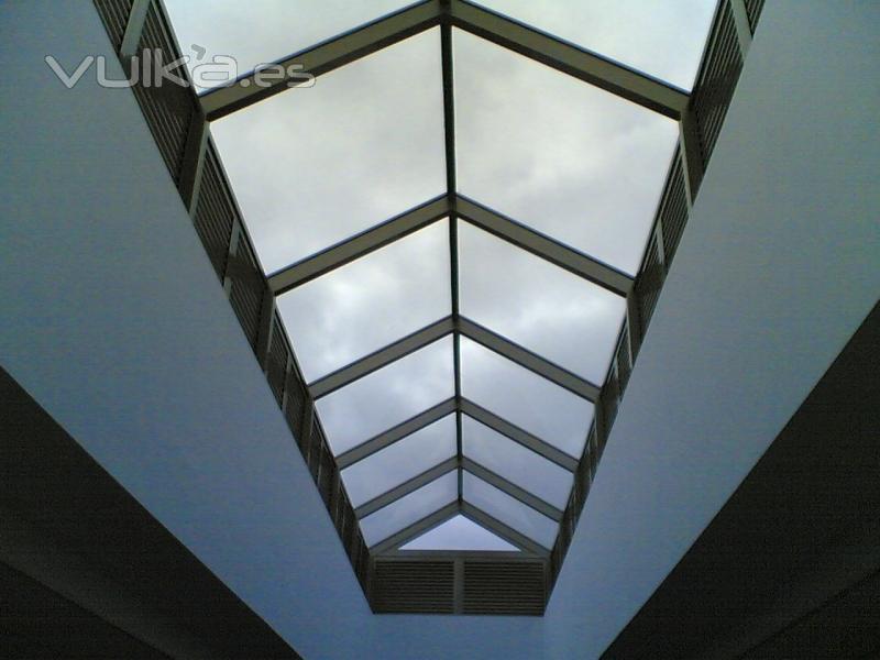 Foto cubierta lucernario en cristal de seguridad con cerramiento perimetral en lamas de - Cubierta de cristal ...