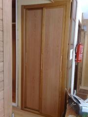 Frente combinado melamina y perfiles en madera.