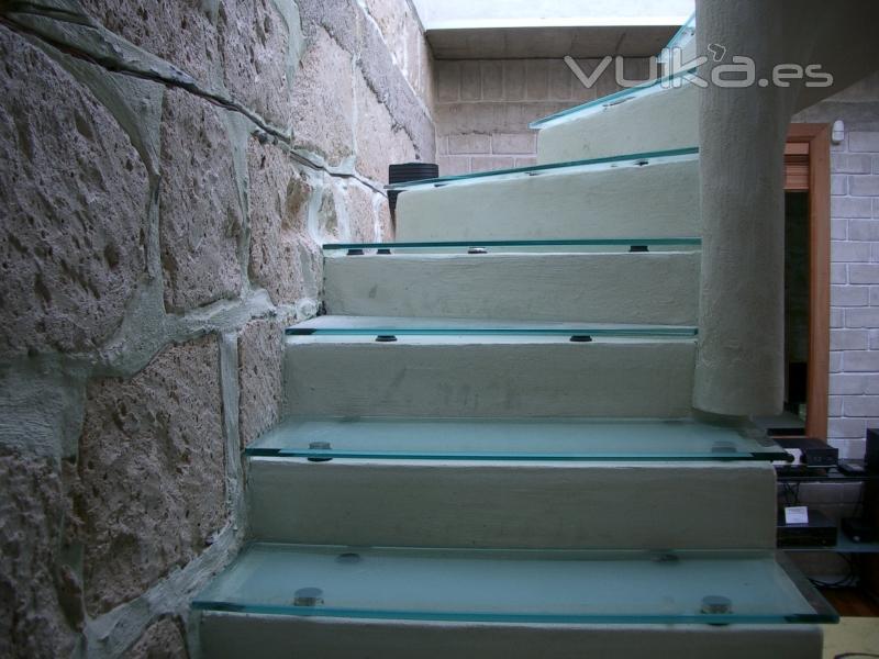 Foto escalera con pelda os de cristal templado y esmerilado - Escaleras de cristal templado ...