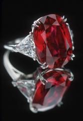 anillo de compromiso con rub� de 12 ktes y dos diamantes talla triangulo