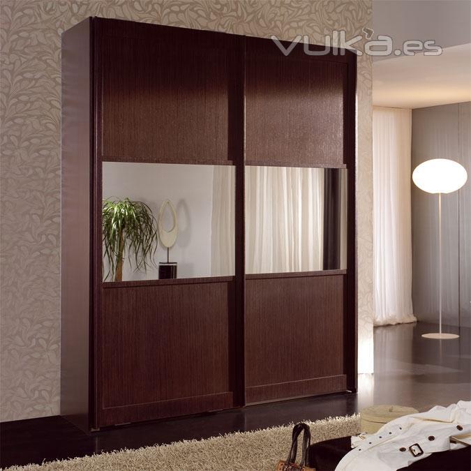 Foto armario con 2 puertas en madera wengu con un espejo - Armarios empotrados rusticos ...